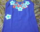 CAMISETA COM FLORES DE TECIDO E BOTES