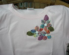 CAMISETA COM FLORES DE FUXICO