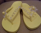 Chinelo amarelo com flor