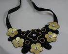 Maxi colar preto com flores douradas