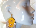 BRINCO SOUTACHE &quot;AMARELO E BEGE&quot;