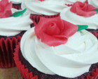 CUPCAKES RED VELVET E FLOR DE CHOCOLATE