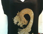 Blusa com dragao de strass dourado