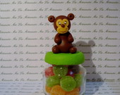 Macaco de biscuit sobre potinho