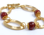 Pulseira dourada com pedras