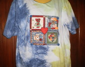 camiseta em tye-die com aplicao.