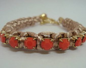 Pulseira em macram com strass coral
