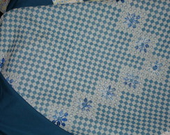 Toalha de mesa com bordado xadrez.
