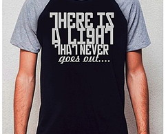 CAMISETA RAGLAN - THERE IS A LIGHT