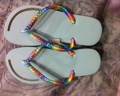 Chinelo com fita colorida e strass