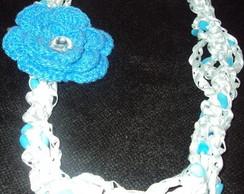 Colar de crochet com olho de gato e flor