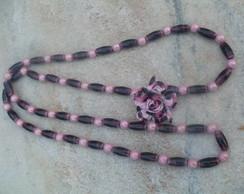colar longo rosa e uva com flor de couro