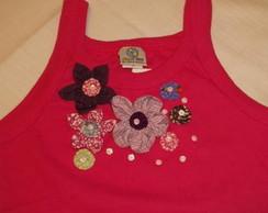 camiseta  bordada com flores de fuxico