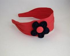 Tiara vermelha com flor azul marinho