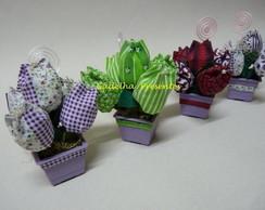 Mini vasos com tulipas em tecidos e port