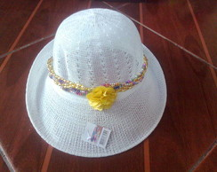 chap�u branco com flor amarela
