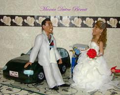 Casal de noivinhos com carro
