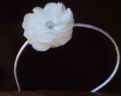 Tiara em cetim, com flor branca.