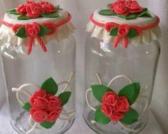 pote com rosas vermelhas