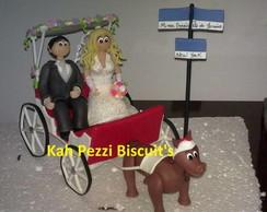 Noivinhos na carruagem de biscuit