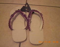 chinelo decorado na cor lil�s