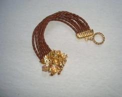 Pulseiras em couro e pingentes dourados
