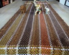 Caminho de mesa no tear com fio dourado