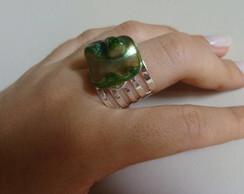 Anel com pedra rajada verde