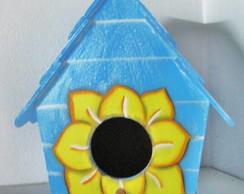 casinha de passarinho azul com girassol