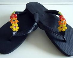 Havaiana com flores de mi�angas colorida