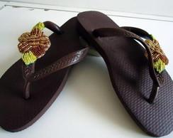 Havaiana customizada com flor de mi�anga