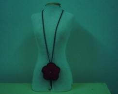 colar com flor em feltro vermelho