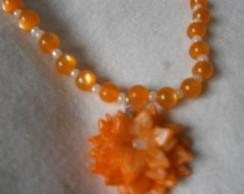 Colar laranjado e branco