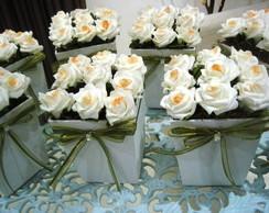 Vaso de mini rosas com fita verde