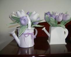 regador com tulipas de tecido