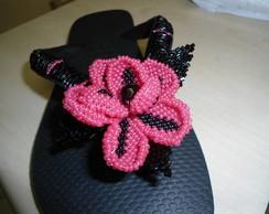 chinelo preto bordado com flor rosa