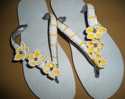 chinelo bordado em 3 flores laterais