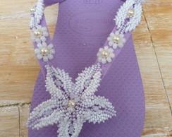 chinelo lilas com flores em missangas
