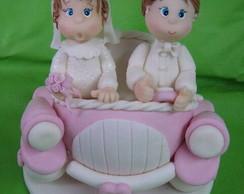 Topo Noivos no carro rosa