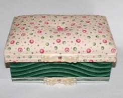 Caixa com tecido verde e tampa fofinha