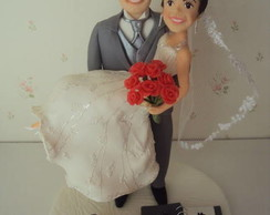 Noivo carregando a noiva