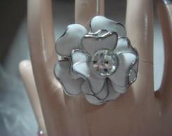 Lindo anel branco flor com strass