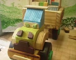 caminh�o de madeira multicolorido