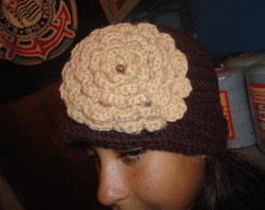 touca de l� marrom com flor bege- croch�