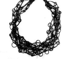 Colar em fios de seda