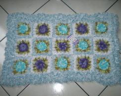 Tapete peludo com flores azuis e lil�s