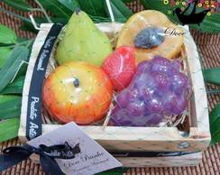 Caixa com frutas pequenas