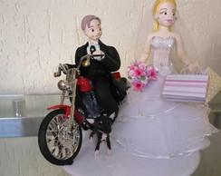 Noivo motociclista e noiva consumista