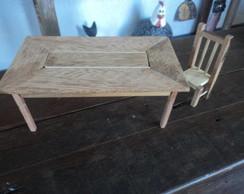 miniatura em madeira de mesa e cadeira