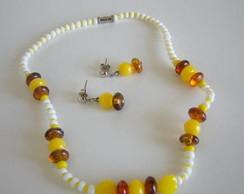 Conjunto amarelo, marrom e branco